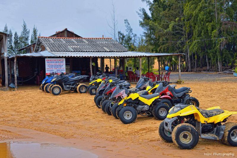 Thuê xe moto trên đồi cát