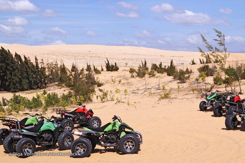Thuê xe moto trên đồi cát1